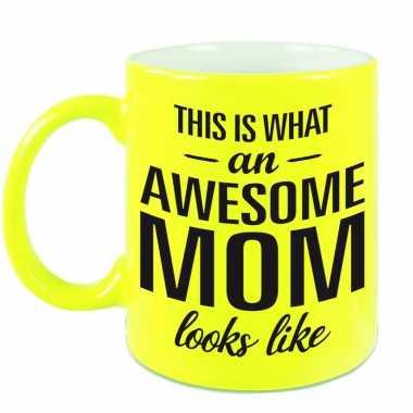 Awesome mom cadeau mok / beker neon geel voor moederdag 330 ml