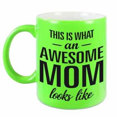 Awesome mom cadeau mok / beker neon groen voor moederdag 330 ml