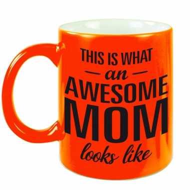 Awesome mom cadeau mok / beker neon oranje voor moederdag 330 ml
