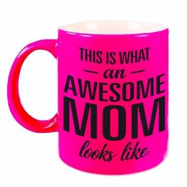 Awesome mom cadeau mok / beker neon roze voor moederdag 330 ml